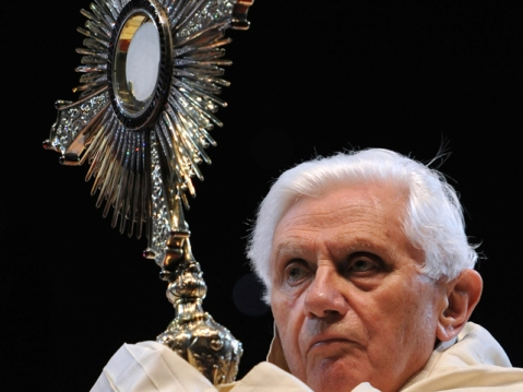 Pope-Benedict-XVI-displays-the-Blessed-Sacrament