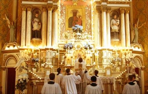priest-altar-doxology